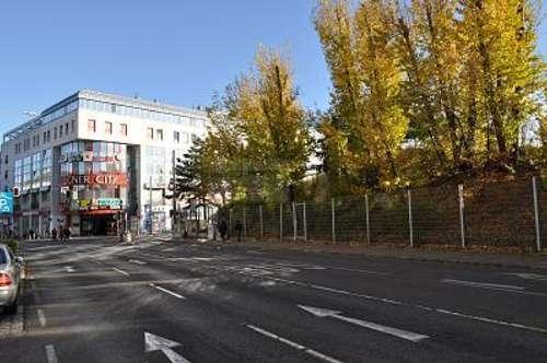 BEI DER LUGNER-CITY MIT 15 M AUSLAGE