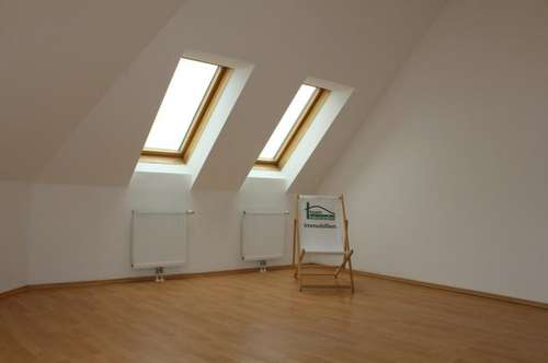 Sehr guter Zustand! Helle Dachgeschosswohnung! Geräumiges Wohnzimmer!