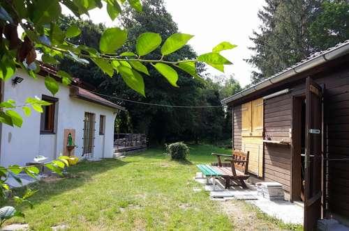 Idyllisch gelegenes Landhaus mit großem Gästehaus und Stallungen