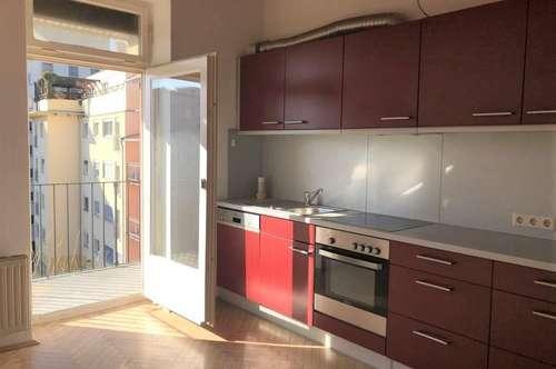 Wunderschöne, zentrale 3-Zimmer-Altbauwohnung mit zwei Balkonen