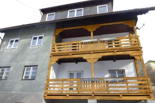 Großes Wohnhaus mit Top-renoviertem Wohnbereich und sanierungsbed. Geschäftsräumen