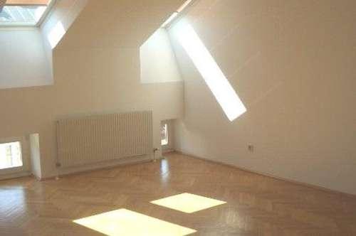 Nahe Lycèe/ Votivkirche: Unbefristete Dachgeschoßmaisonette mit drei Zimmern - Miete 1090 Wien