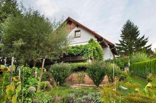 Einfamilienhaus mit idyllischem Garten und Blick ins unverbaubare Grüne