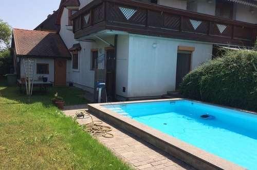 Sonnige Hausetage mit Garten und Pool