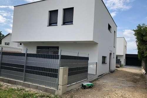 Neubauflachdachhaus  mit Doppelgarage  - Bahnhofsnähe