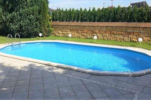 Hochwertige Dachgeschoß-Wohnung in Villa am Stadtrand mit Garten und Poolbenützung