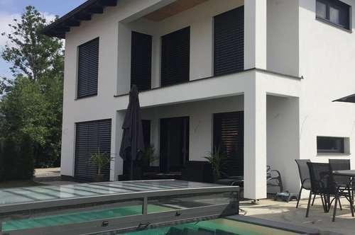VIKTRING: Neuwertiges Einfamilienhaus mit Pool und Doppelgarage
