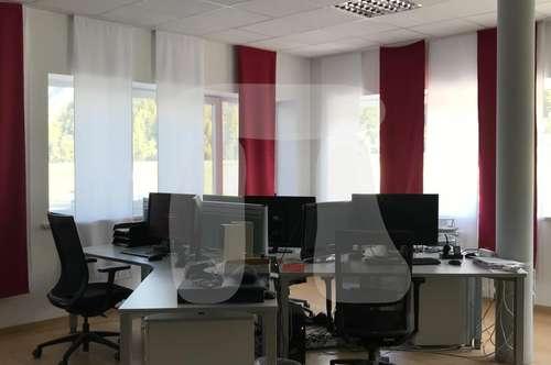 Helles Großraumbüro mit Gemeinschaftsraum