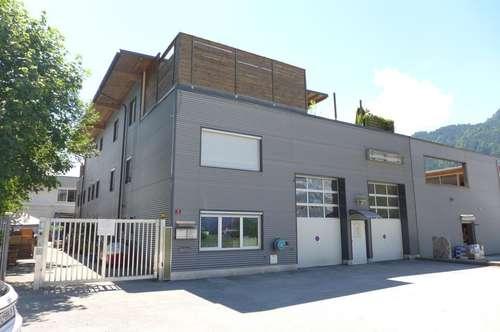 Moderne Betriebsliegenschaft mit Wohnen und Arbeiten unter einem Dach