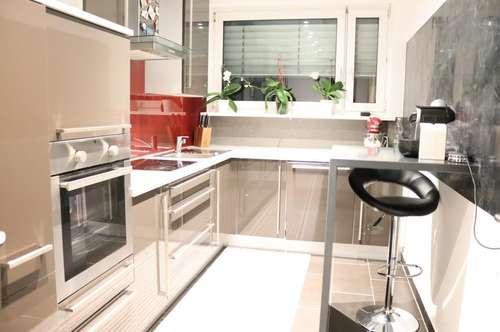 Komplette renovierte Wohnung mit hellen Räumen