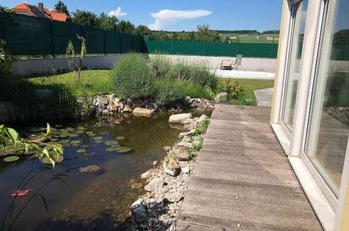Ruhig gelegenes Schmuckstück mit romantischen Zierteich und Pool