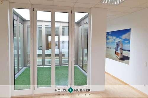 Büro mit verglastem Atrium