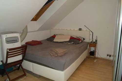 Makartstraße: Freundliche Dachgeschoßwohnung, zwei Zimmer, ca. 65 m2 WNFL, 3. Stock, Parkplätze!