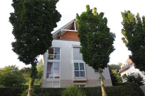 Ruhige sonnige Dachgeschoßwohnung mit großer Loggia, 68 m² WNFL, Küche + Bad möbliert, Tiefgaragenplatz! Urfahr!
