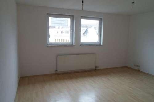 Makartstraße: Nähe Herzjesukirche: Single/Paar; Schöne  Dachgeschoßwohnung, zwei Zimmer, ca. 70 m2 WNFL, 3. Stock, Parkplätze!