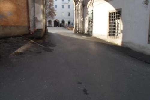 Altstadt; Hofgasse/Ecke Hahnengasse:   Autoabstellplatz im Freien zu vermieten!