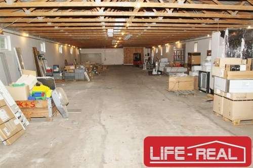große Lagerhalle mit zwei Einfahrten