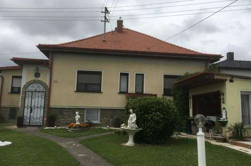 Schönes renoviertes Einfamilienhaus , mit kleinem Landhaus und 2700 m2 Grundstück