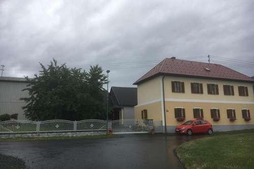Sehr große Halle mit Wohnhaus