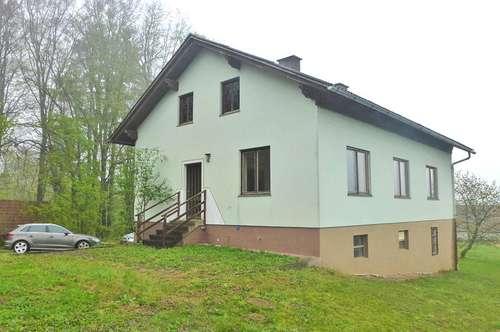 Sonniges Wohnhaus mit Wirtschaftsgebäude