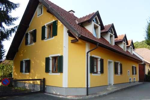 Wohnhaus mit großem Nebengebäude