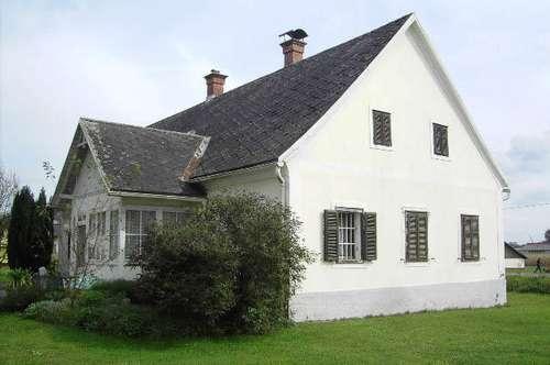 Historisches Bauernhaus und Halle