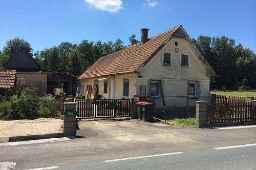 Teilsaniertes Bauernhaus mit Nebengebäuden