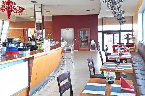 Modernes Restaurant mit sonniger Terrasse