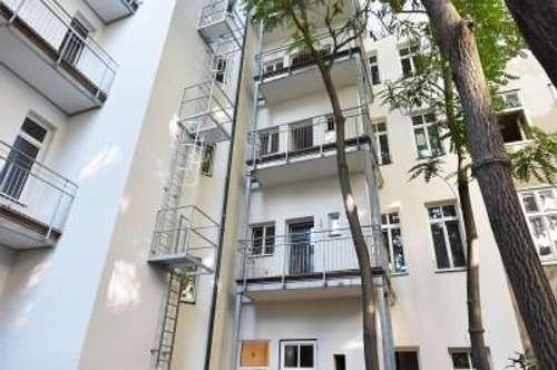 TOP saniert! Große Altbauwohnung mit hofseitiger Loggia + Beste Anbindung + Tolle Infrastruktur! Prachtvolles Altbauhaus mit prunkvoller Fassade!
