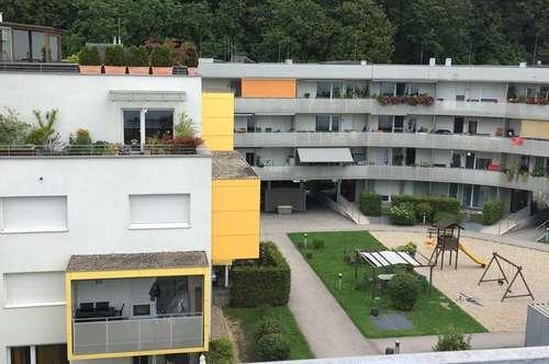 4 Zimmer Penthouse-Wohnung mit Einzelhauscharakter, das 4. OG. alleine genießen, mit 25 m² Dachterrasse u. Balkon in naturnaher sowie ruhiger Lage!