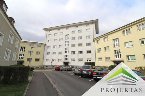 Sanierungsbedürftige Wohnung mit 2 Schlafzimmern und Balkon!