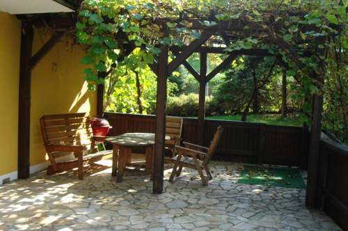 Landhaus im Grünen mit Terrasse, Garten und Garage.