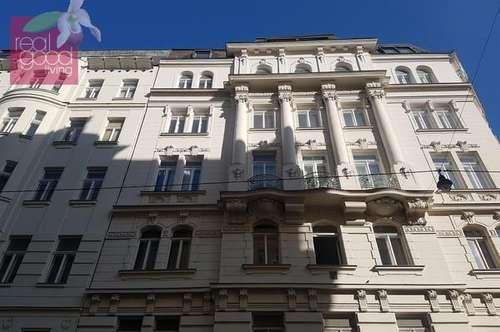 Renovierungsbedürftiges Altbauapartment in bester Citylage mit kleinem Innenhofbalkon