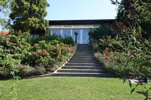 Gepflegter, ruhig gelegener, möblierter Bungalow mit Wintergarten und Indoorpool