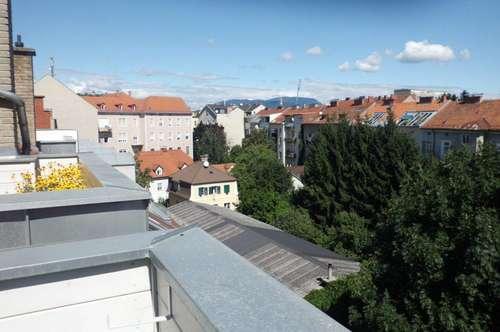 schöne zentrale DG Maisonette in einem sanierten Altbauhaus mit Balkon und Schloßbergblick