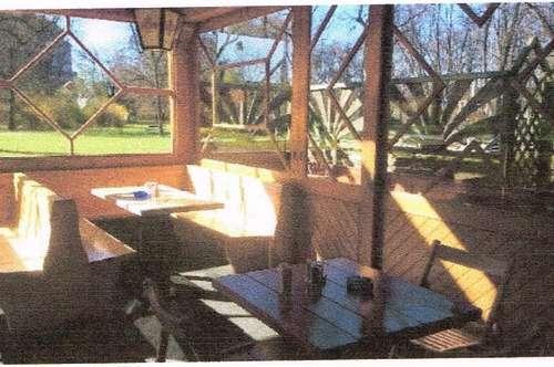 Kiosk auf Heurigenbasis mit gedeckten Sitzplätzen und Sitzplätze im Freien