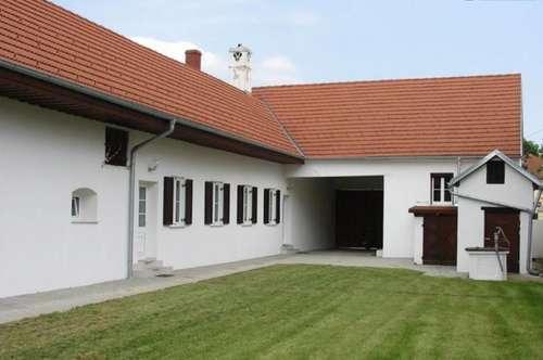 Liebevoll und exklusiv renovierter Bauernhof mit traumhaftem Innenhof und Wiesen