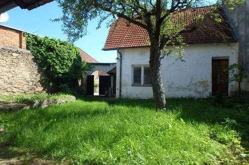 Sanierungsbedürftiges Einfamilienhaus mit Garten, Innenhof und Nebengebäude