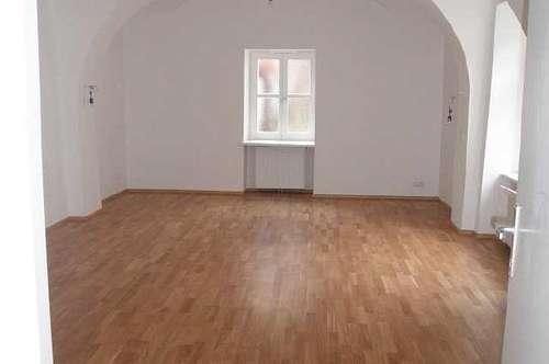 Schöne, helle 2 Zimmer- Altbauwohnung im Zentrum