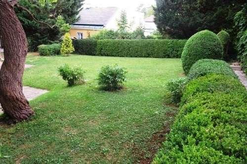 Einfamilienhaus mit großem Garten und Garage