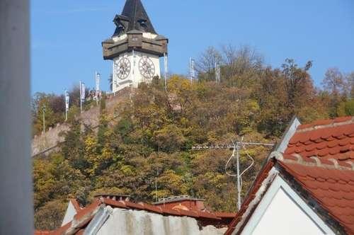 Hauptplatz klassischer Altbau  über die Dächer und Schloßbergblick 2ZI ruhige Innenhoflage