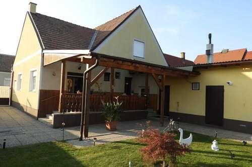 Schönes, gepflegtes Einfamilienhaus mit vielen Nebengebäuden und 3 Garagen in Ruhelage am Neusiedlersee
