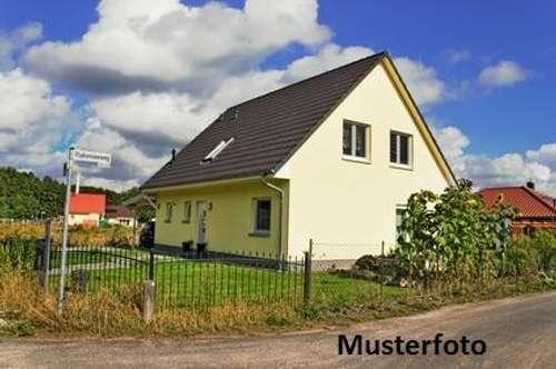 Einfamilienhaus mit Gartenhäuschen