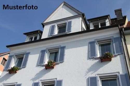 + Hofstelle mit Wohnhaus und Buschenschrank +