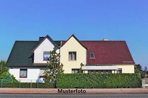 2-Familienhaus mit Garage und Nebengebäuden
