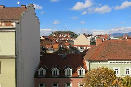 2-Zimmer-Wohnung im DG, hell und sehr schön renoviert - mit Blick auf den Schlossberg