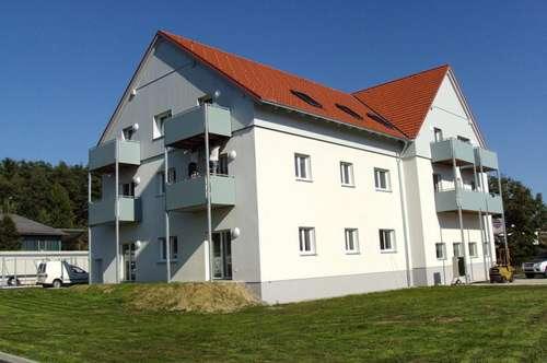 Familiengerechte Neubauwohnung mit Balkon, Einbauküche und Carport