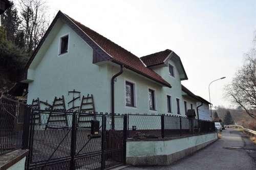 Haus mit Nebengebäude und großem Grund