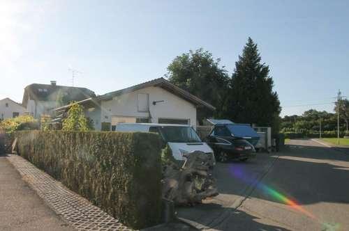 Einfamilienhaus mit Einliegerwohnung sowie Neben-/Garagengebäude auf großem Grundstück