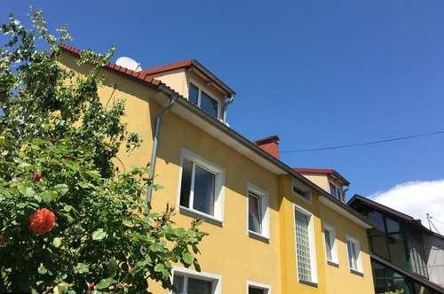Großzügige-Dachgeschoss-Wohnung mit 2 Parkplätzen & Gartennutzung